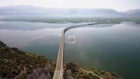 El tiro aéreo del iin del puente del río el área de Velvento, Kozani, Grecia, se mueve adelante por el abejón metrajes