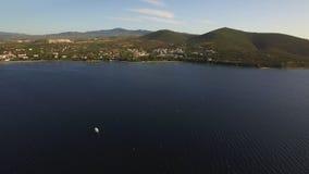 El tiro aéreo del mar y Trikorfo varan la costa costa con las casas, Grecia almacen de metraje de vídeo