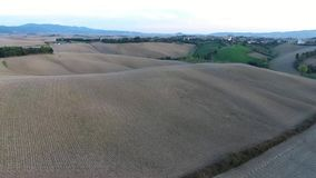 El tiro aéreo, las colinas magníficas de Toscana ajardina con la luz de la puesta del sol, paso elevado de Toscana almacen de video