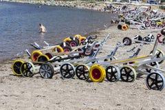 El tiro ancho de la perspectiva del pequeño velero del yate rueda para los niños en la playa en Lesvos, Petra imagenes de archivo