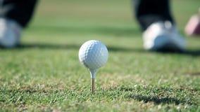 El tiro ascendente cercano del extremo del los golfistas camina hacia un punto donde él pega un blanco