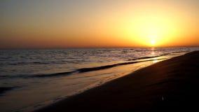 El tiro asombroso del horizonte del mar de la puesta del sol de la tarde del lapso de tiempo de la satisfacción tranquila agita e almacen de metraje de vídeo