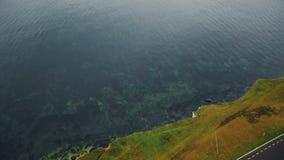 El tiro cinemático asombroso, abejón inclina abajo en el vuelo rocoso erosionado hermoso de la orilla de la costa costa sobre el  almacen de video