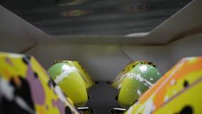 El tiro de enfoque ancho macro de la mano hizo los dulces del chocolate a mano dentro de la caja en el estante, acondicionamiento almacen de metraje de vídeo