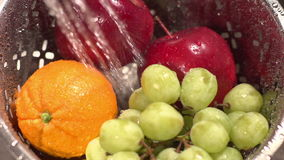 El tiro de la cámara lenta de la fruta se lavó con agua de rociadura