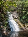 El tiro de la cascada en el nivel del agua en Bushkill cae en Pennsylvania imagenes de archivo