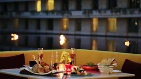 El tiro de la cena con las bebidas sirvió en la tabla en el hotel de Oberoi, Gurgaon, Haryana, la India metrajes