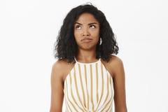 El tiro de la cintura-para arriba de intentar afroamericano tonto desorientado y preguntado de la muchacha entiende qué hizo mal  imágenes de archivo libres de regalías