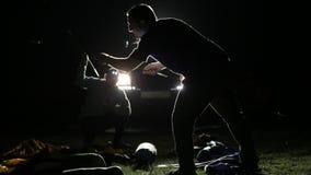 El tiro de la noche de dos sirve la erección de la tienda en ligh de SUV expedicionario metrajes