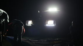 El tiro de la noche del adulto dos sirve y niño que erige la tienda en ligh de SUV almacen de video