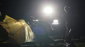 El tiro de la noche del adulto dos sirve y niño que erige la tienda en ligh de SUV almacen de metraje de vídeo