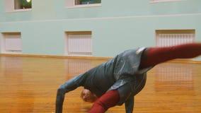 El tiro del combatiente masculino realiza trucos marciales en el entrenamiento del capoeira delante del espejo almacen de video