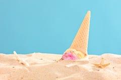 El tiro del estudio de un helado salpicó en la arena Imagen de archivo