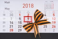 el tiro del primer del calendario con el ot 9no de la fecha puede y arco hecho por la cinta de San Jorge Fotografía de archivo