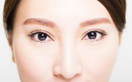 El tiro del primer de la mujer joven observa maquillaje Foto de archivo libre de regalías