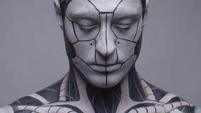 El tiro del retrato, androide masculino se gira, cámara lenta
