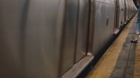 El tiro hermoso cinemático del metro de New York City que para en la estación, las piernas de la gente sale adentro y en la plata metrajes