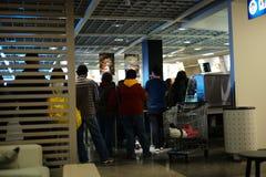 El tiro interior de IKEA, gente se está alineando para comprar comidas fotos de archivo libres de regalías