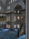 El tiro interior de la mezquita de Nuruosmaniye con la plataforma minbar, los arcos enormes y coloreó los vitrales, Estambul, Tur fotografía de archivo