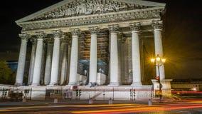 El tiro largo de la exposición de la iglesia de Madeleine en París en la noche, enfoca adentro metrajes