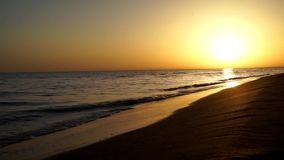 El tiro magnífico del horizonte de la puesta del sol de la tarde del lapso de tiempo de la satisfacción tranquila agita estrellar metrajes
