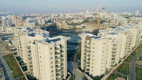 El tiro que revela de edificios residenciales enfoca hacia fuera almacen de metraje de vídeo