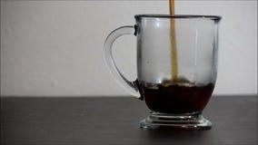 El tiro simple del café añadió a la taza en la tabla oscura