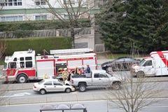 El tiro superior de la escena del accidente de dos coches sucedió por tarde en Coquitlam A.C. Canadá Foto de archivo