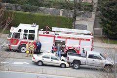 El tiro superior de la escena del accidente de dos coches sucedió por tarde Imagen de archivo libre de regalías