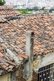 El tiro vertical de la perspectiva de la albañilería vieja construyó la estructura de tejado de la vivienda con el cielo excesivo Fotografía de archivo libre de regalías