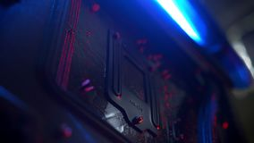 El tiroteo del primer de detalles dentro de computadora personal, conectó todo el interior, procesador, equipo electrónico metrajes