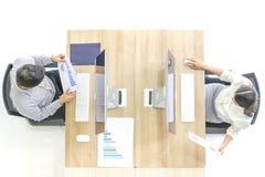 El titulado en traje está ordenando a un empleado del hombre ver un comput imágenes de archivo libres de regalías