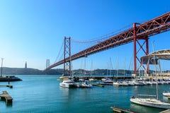 El 25to de April Bridge con Cristo el rey Imagen de archivo