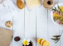 El toallita de la toalla del cepillo del limón del baño de los accesorios del balneario florece en los bordes de la foto en un es Fotos de archivo