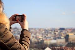 El tomar bonito/que tira de la chica joven una imagen/un vídeo de grande el suyo Fotografía de archivo