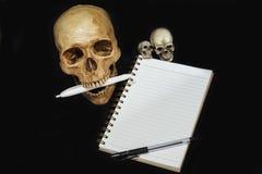 El tomar de la nota del cráneo Fotos de archivo