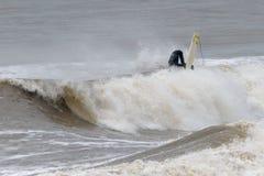 El tomar de la persona que practica surf descender en picado imágenes de archivo libres de regalías