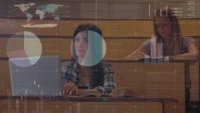El tomar de los estudiantes notas rodeadas por la animación de los datos financieros almacen de video