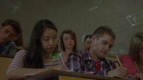 El tomar de los estudiantes notas surounnded por la animación de los símbolos de las matemáticas almacen de video