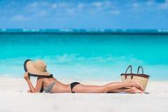 El tomar el sol de relajación de la mujer de las vacaciones de verano de la playa Fotografía de archivo libre de regalías