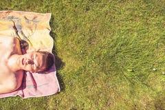 El tomar el sol del hombre joven imagen de archivo libre de regalías