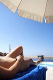 El tomar el sol en la isla de Santorini Imagen de archivo libre de regalías