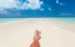 El tomar el sol en la playa Imagen de archivo libre de regalías