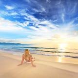 El tomar el sol en la salida del sol Imagen de archivo libre de regalías