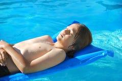 El tomar el sol en piscina Imagenes de archivo
