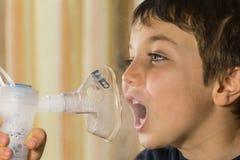 El tomar respiratorio, terapia del niño de la inhalación Fotos de archivo
