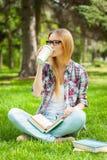 El tomar tiempo para el descanso para tomar café. Imagen de archivo libre de regalías