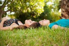 El tomar una siesta junto en un parque Fotos de archivo libres de regalías
