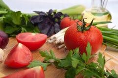 El tomate fresco con chieves, cebolla, ensalada Imagen de archivo
