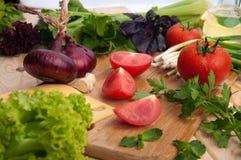 El tomate fresco con chieves, cebolla, queso, ensalada Fotos de archivo libres de regalías